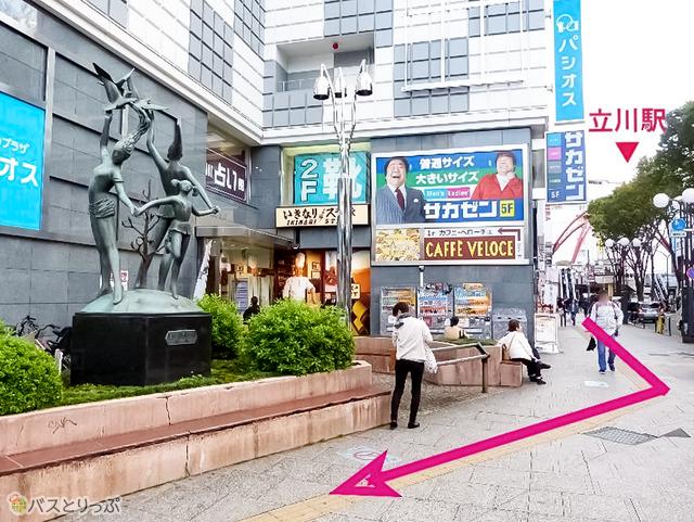 立川駅から立川通りをまっすぐ、踊る少女たちの像を右折