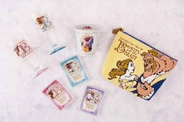 グラスセット2,600円、マグ1,500円、プレートセット2,900円、ポーチ3,000円(c)Disney