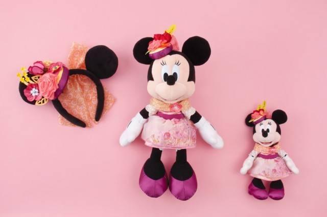 カチューシャ 1,800円、ぬいぐるみ 5,100円、ぬいぐるみバッジ 2,300円(c)Disney