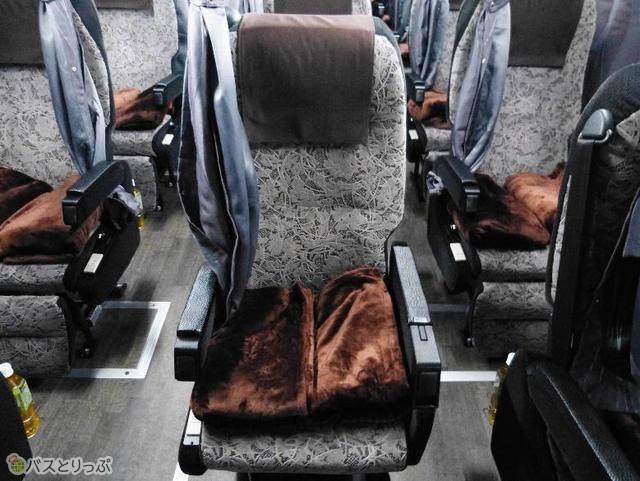 座席には最初から毛布2枚が設置!