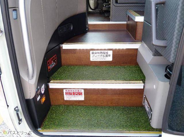 入口の乗車ステップには人工芝