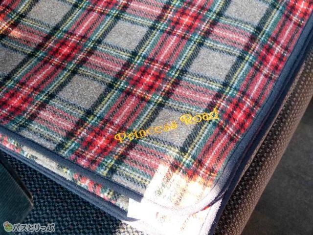 毛布は特注、140×100cmの大判サイズ。プリンセスロードのロゴ刺しゅう入り