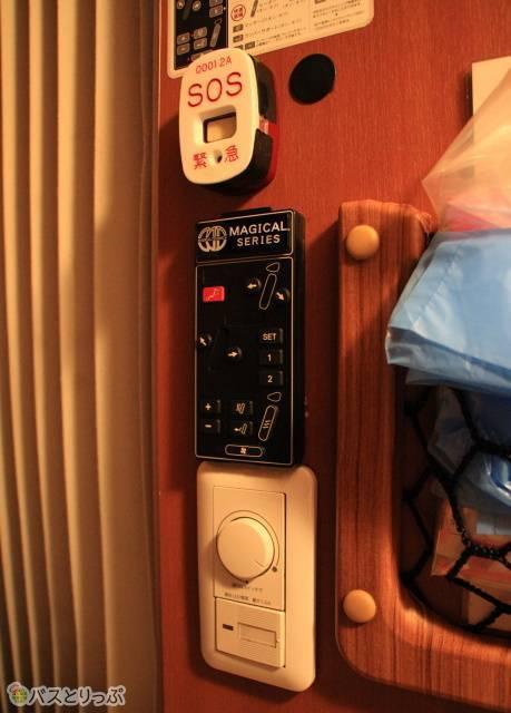 「プレミアムシート」のシートコントローラ、照明スイッチ、緊急ボタン