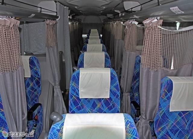 「ホワイトビーチシャトル」の車内。トイレ付き3列独立シートです