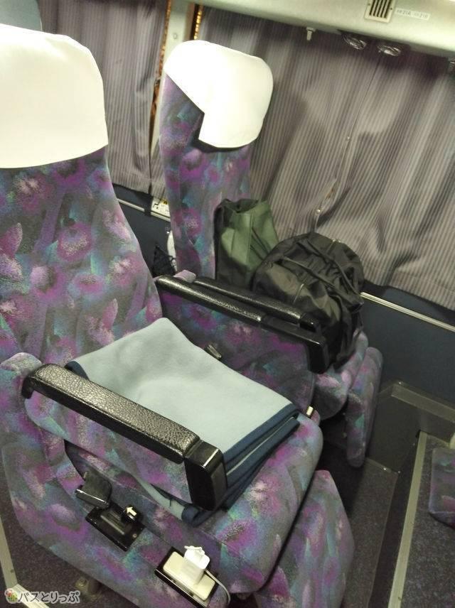 1階には4席だけ2人がけのシートがあります。こちらのシートのみ1人で2席利用可能