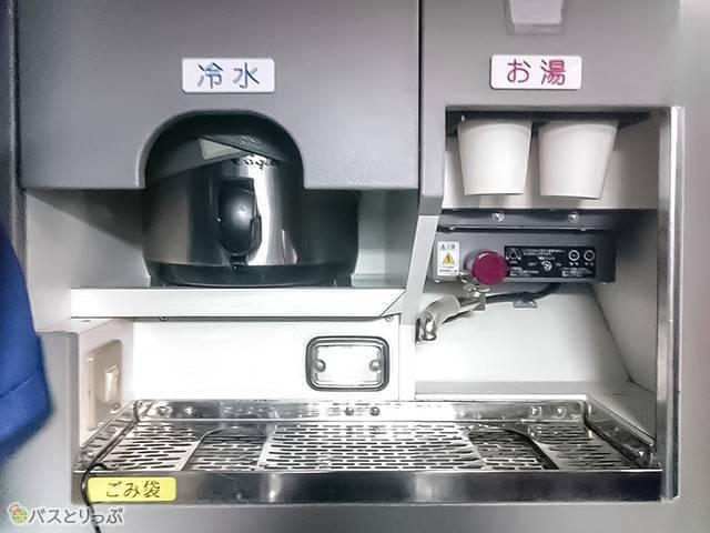 トイレの前には冷水とお湯が飲めるサービス