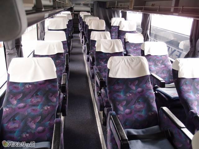 2階席の3列独立シート。360度囲めるプライベートカーテンがついています