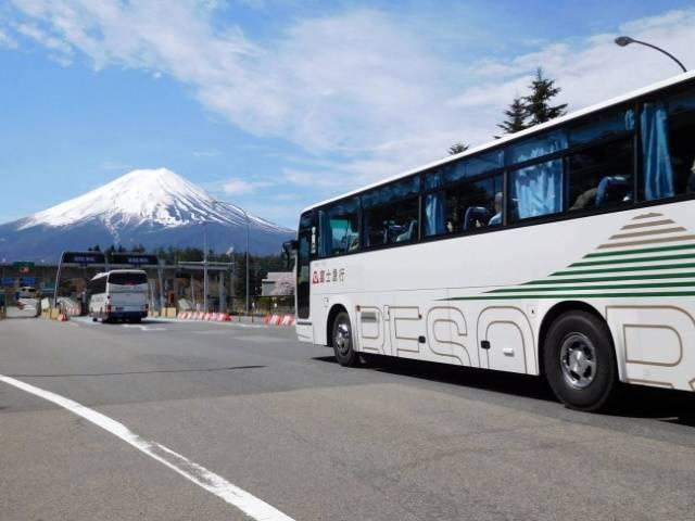 富士急行バスと富士山.jpg