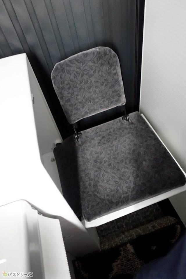 収納式の椅子が用意されています