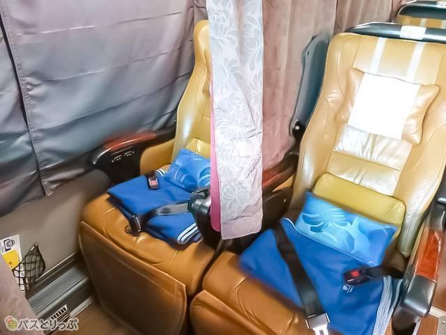 隣座席との間を仕切れるプライベートカーテン