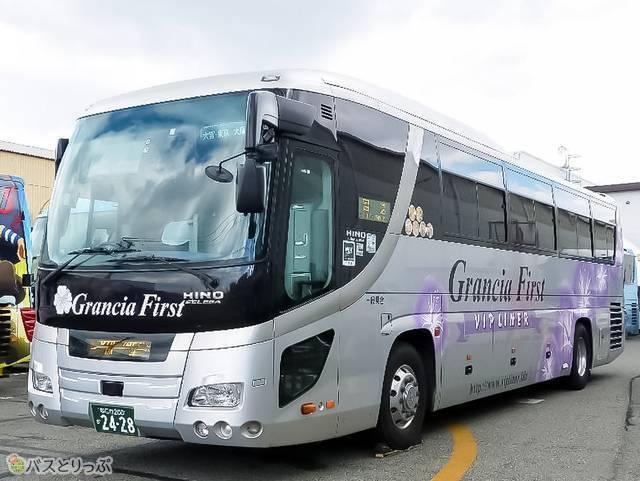 「グランシアファースト」は銀色にグランシアファーストのロゴ+青いハイビスカス