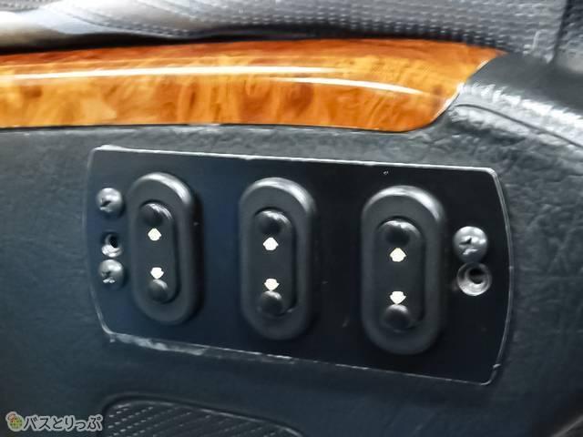 電動リクライニングの操作ボタンはアームレストに