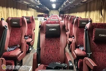 レザー調の高級感あるシートの乗り心地は? さくら観光の夜行バス「リラックス3」乗車記