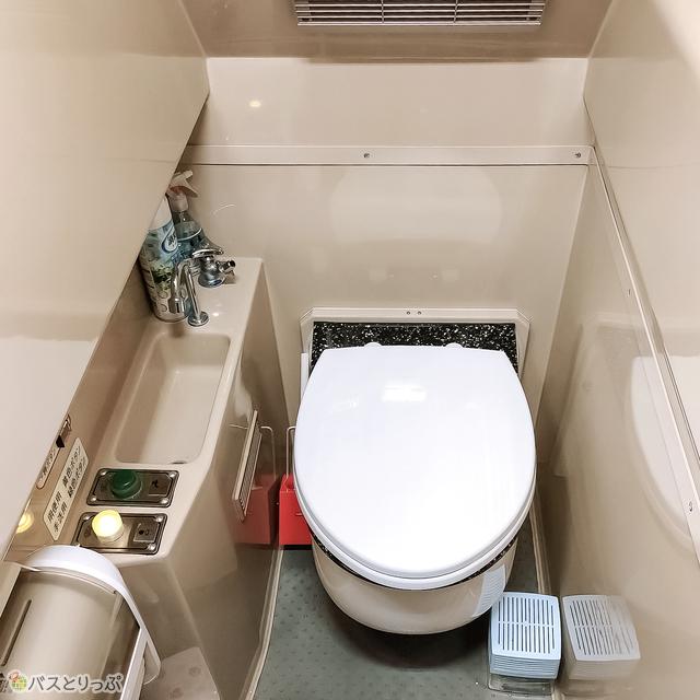 トイレ内は明るく清潔感あり