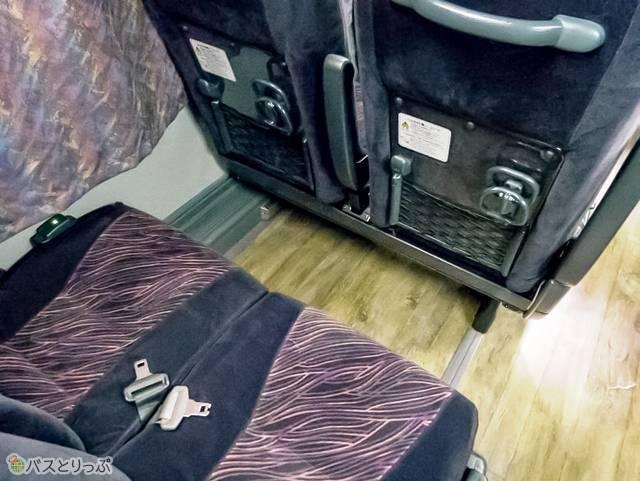 前座席背面にカップホルダーと網ポケット、荷物掛けあり