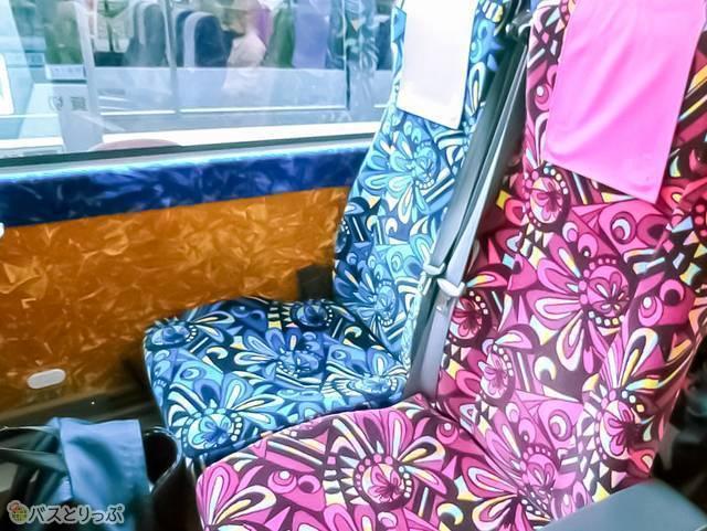 バスの座席。明るい色と柄が可愛い