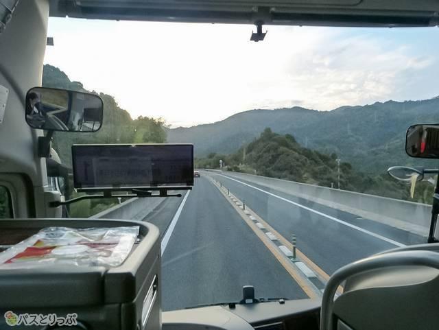 発車してすぐのバスからの風景。日が陰ってきてもまだ空は明るい頃
