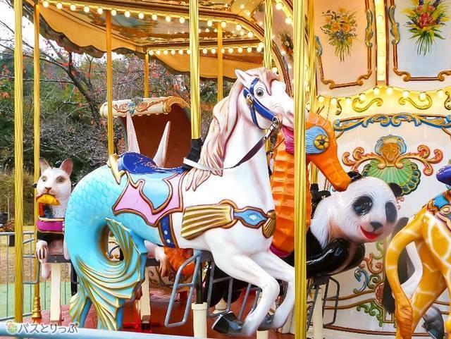 半分白馬・半分魚。隣はパンダ。後ろは猫。乗り物がメルヘン!
