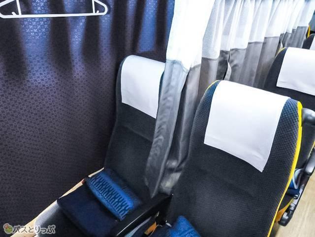 座席間には仕切りカーテンあり