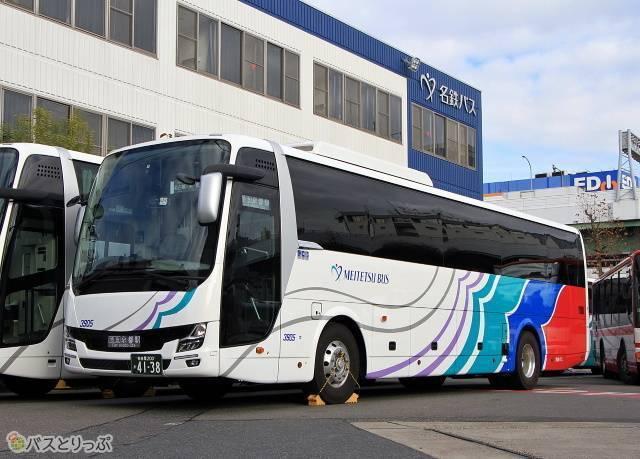 鮮やかなカラーリングが特徴の名鉄バスの高速バス