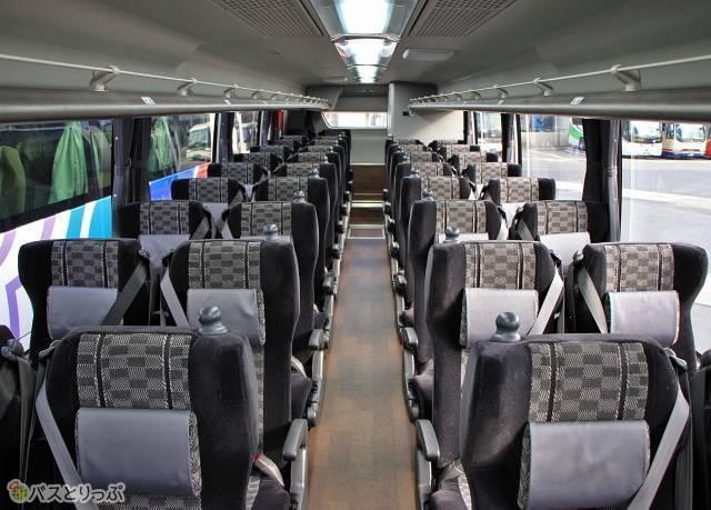 幅広の4列シートが並ぶ名鉄バス「名神ハイウェイバス京都線」の車内