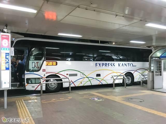 バス停に停まっている「ほの国号」。白を基調とした外観です