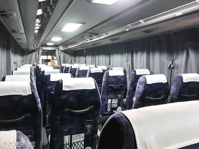バス後方から見た車内。8列目から後ろは女性専用席です