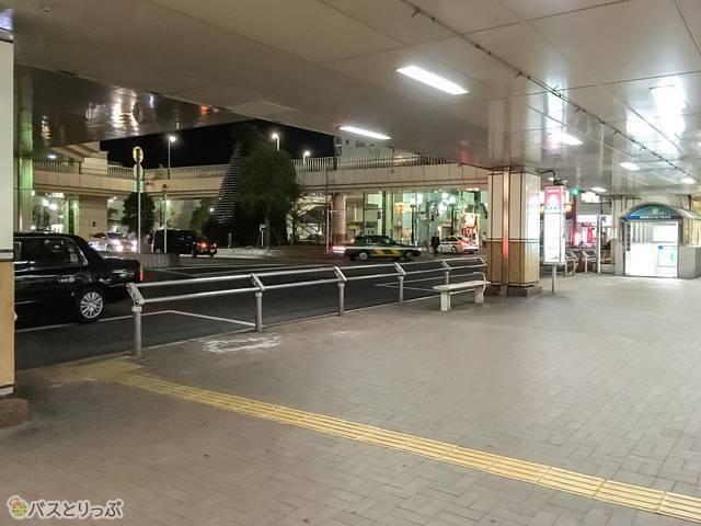 バス停は1階の北口を出てすぐです