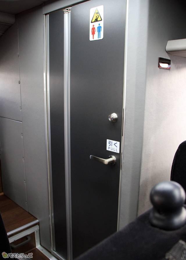 車内トイレの扉は折戸式を採用