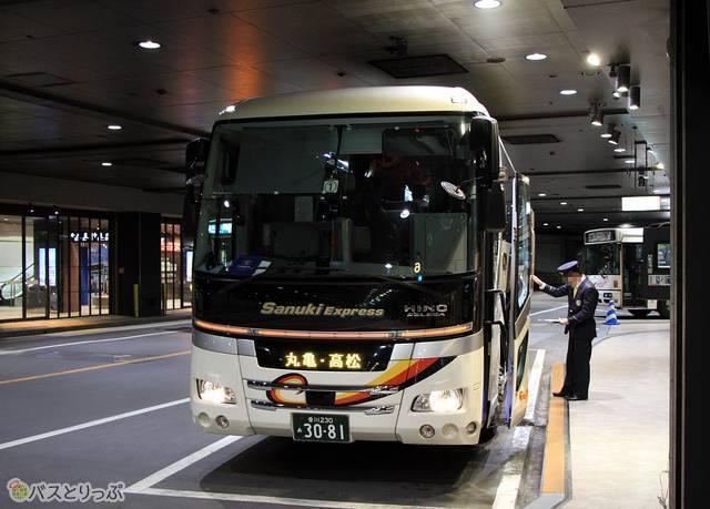 乗車改札中の「さぬきエクスプレス福岡号」