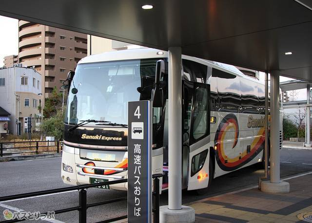 高松駅高速バスターミナルに到着した「さぬきエクスプレス福岡号」