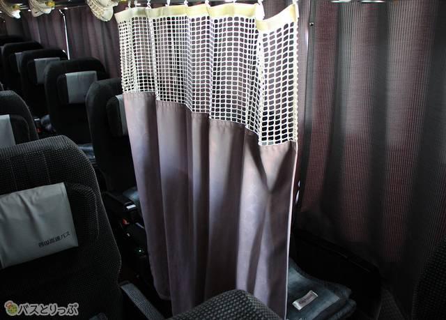 窓側座席には座席と通路を仕切るカーテンを装備