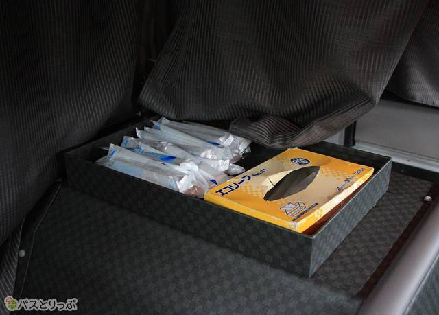 車内中央部にはセルフサービス式のおしぼりボックスが