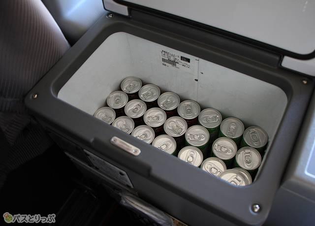 飲み物は車内最前部のクーラーボックスに