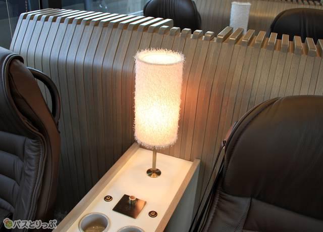 座席と座席の間の仕切り・読書灯スイッチ・テーブルライト