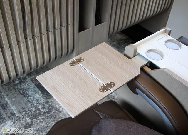 座席テーブル(内蔵式)も大川家具を使用