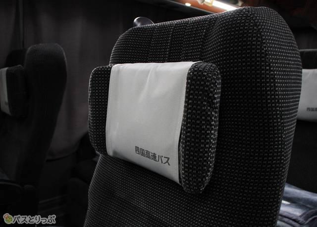夜行便のシートには可動式枕も装備