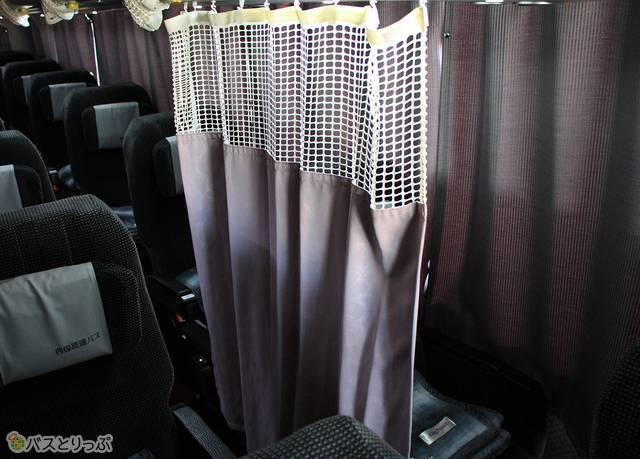 座席と通路を仕切るカーテン