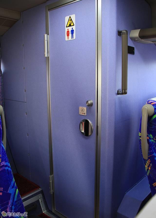 4列シート車のトイレは車内後部に設置