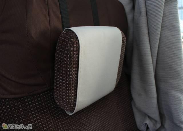 ヘッドレスト(可動式枕)は上下にスライド可能