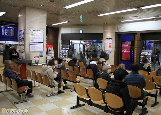 乗車券カウンター前の待合スペース