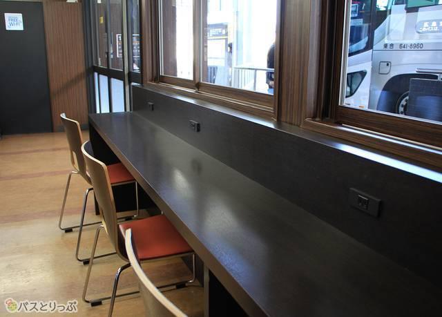 テーブル席にはコンセントを完備