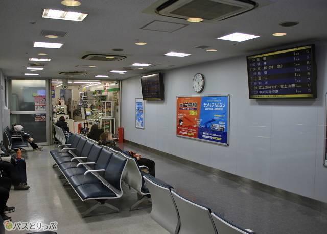 名鉄バスセンター3階待合室とコンビニ