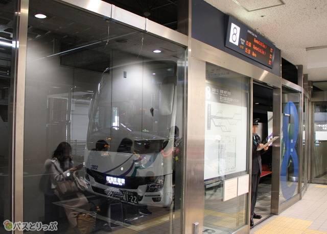 名鉄バスセンターにて乗車改札中の「名神ハイウェイバス京都線」
