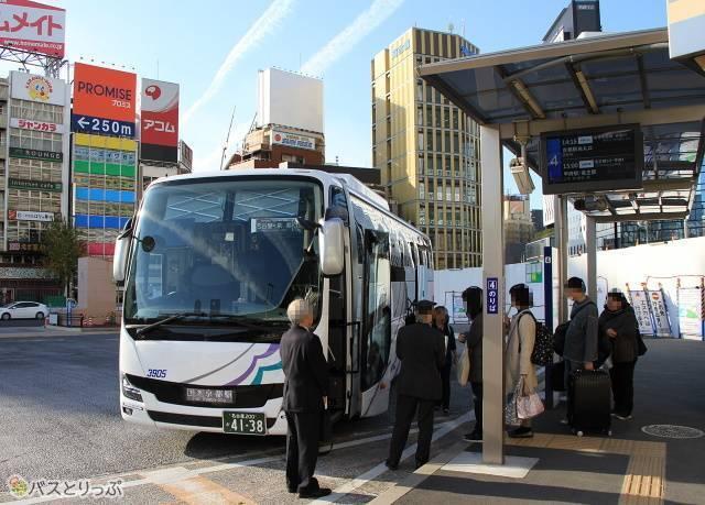 名古屋駅新幹線口にて乗車改札中の「名神ハイウェイバス京都線」