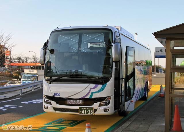 名神多賀にて停車中の「名神ハイウェイバス京都線」