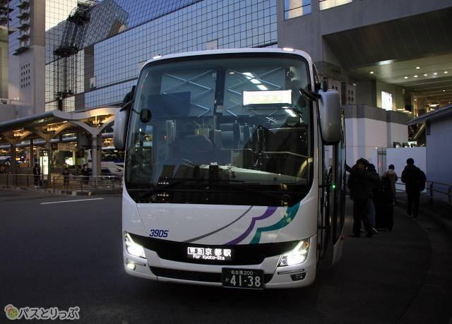 京都駅烏丸口に到着した「名神ハイウェイバス京都線」