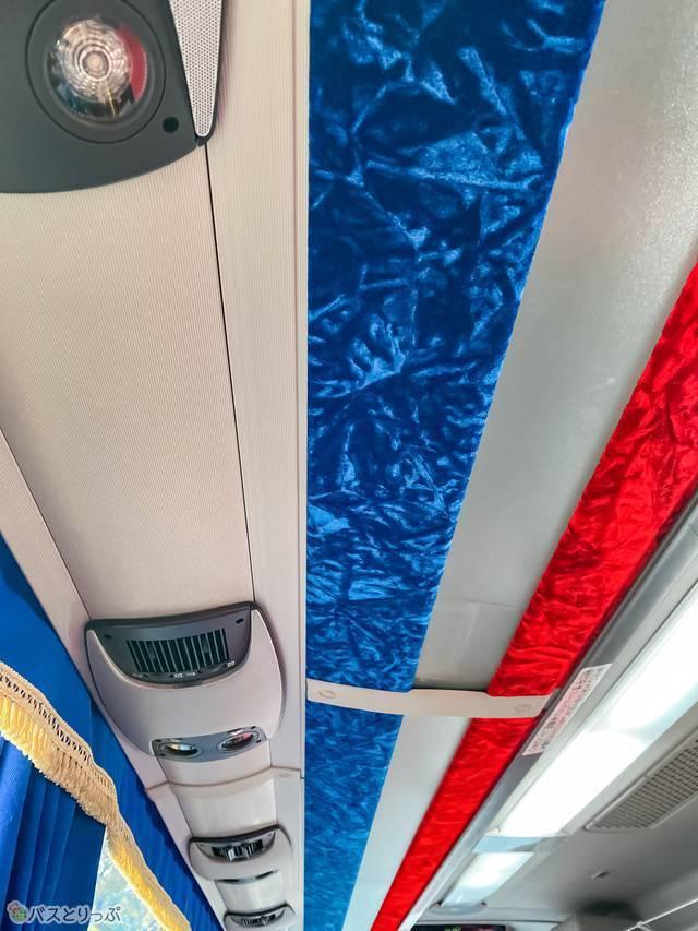 座席上部には空調設備があります