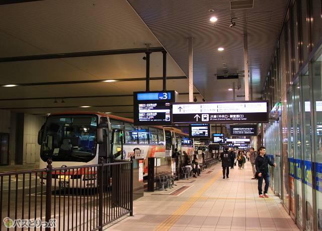 大阪駅JR高速バスターミナルは、各地へ向かう高速バスに乗車する人で賑やか