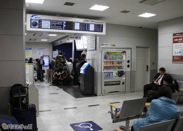 乗車券カウンターと待合室
